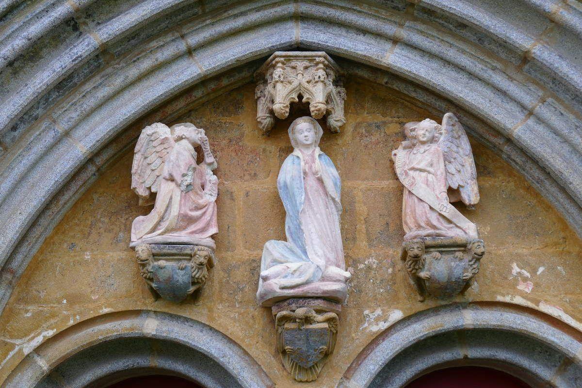 L'Annonciation (calcaire polychrome, moulage) du portail sud de la chapelle de Quilinen. Photographie lavieb-aile 3 mars 2019.