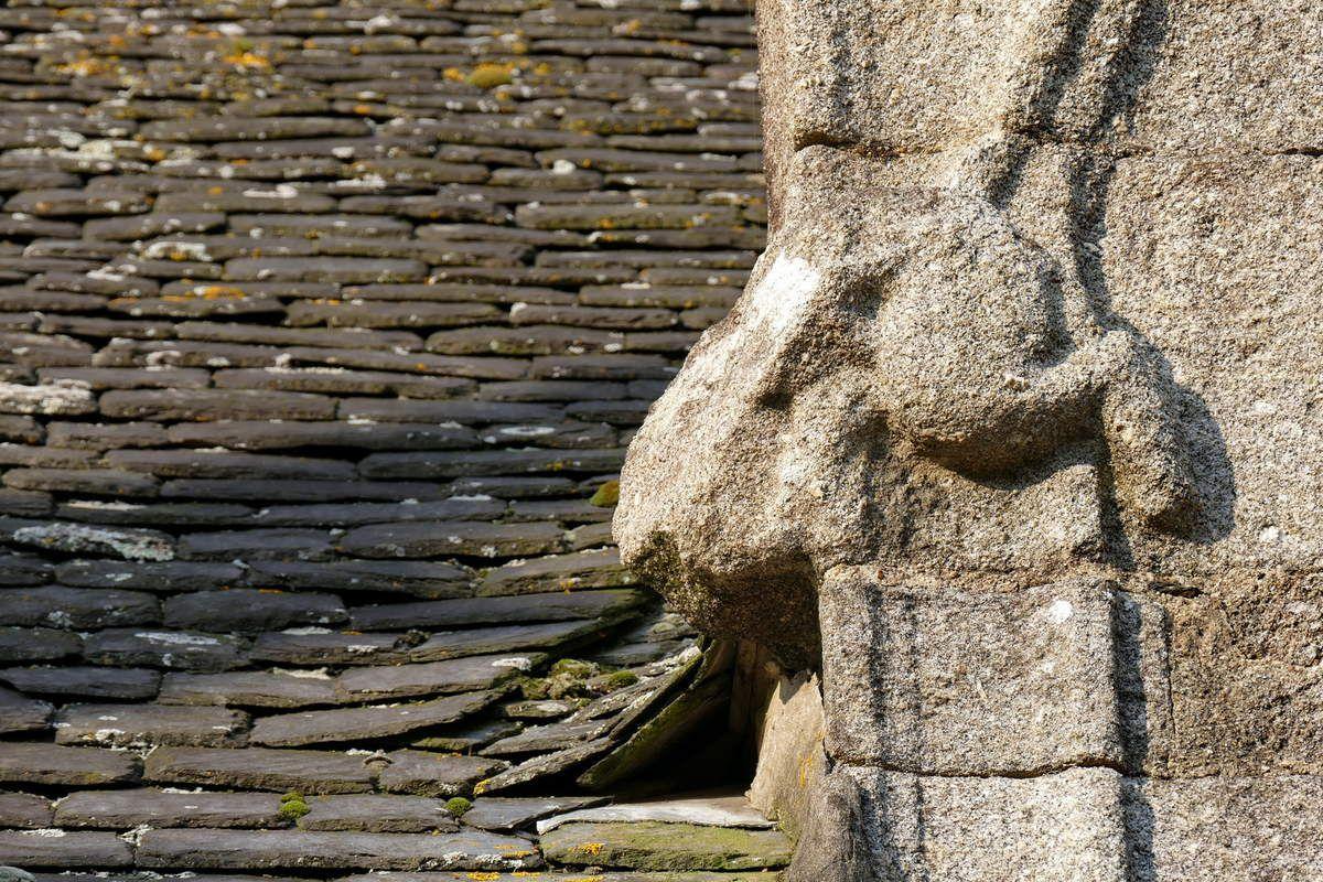 Crossette CM1 (granite, 1609) de l'église de Lampaul-Guimiliau. Photographie lavieb-aile 2017.