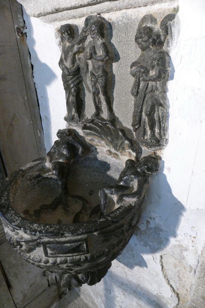 """Bénitier du """"Baptême du Christ et des  serpents"""", kersanton, 1622, bas-coté sud, église de Lampaul-Guimiliau. Photographie lavieb-aile 29 mars 2019."""