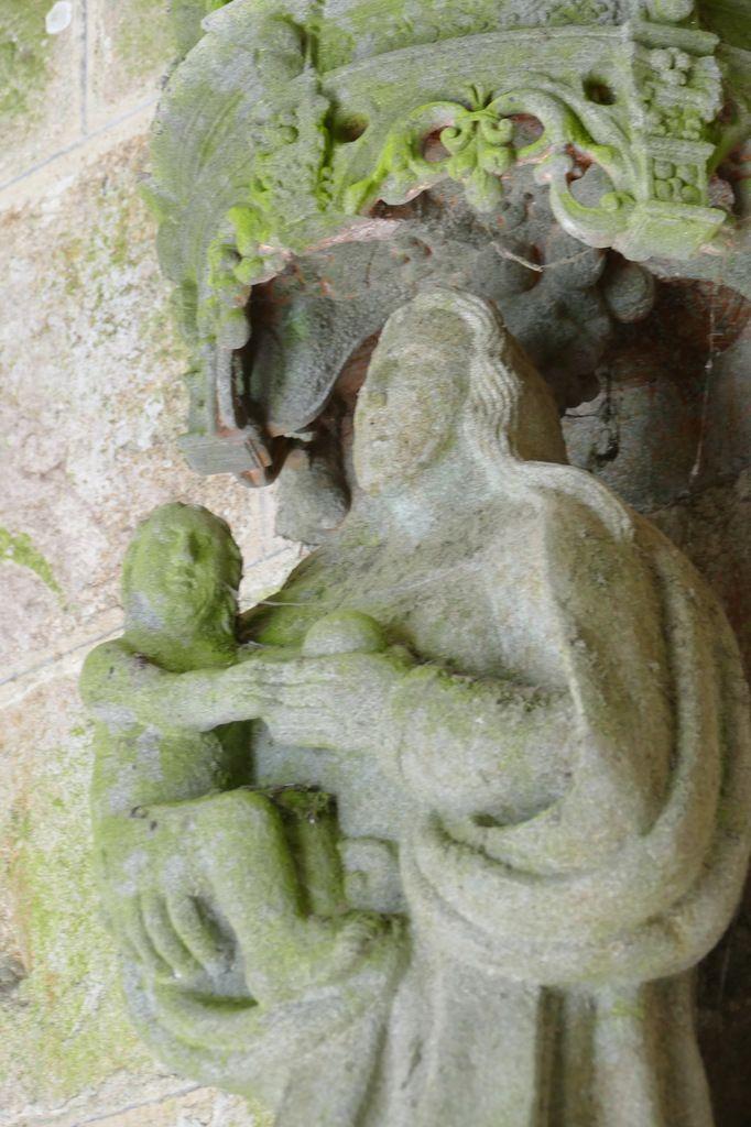 Les statues du porche sud de l'église de Lampaul-Guimiliau. Photographie lavieb-aile 29 mars 2019.