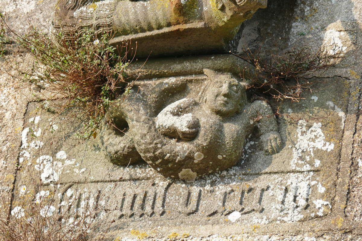 La sirène (kersanton, 1533) du porche de l'église de Lampaul-Guimiliau . Photographie lavieb-aile 2019.