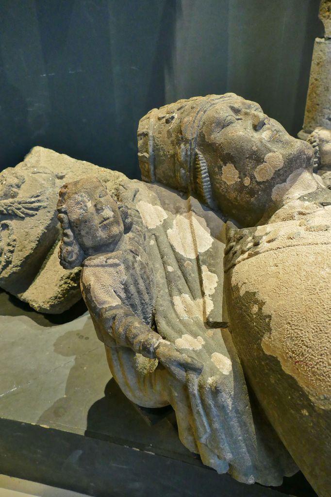 Gisant (kersanton, après 1522) de l'abbé de Landévennec Jehan du Vieux-Chastel. Musée de Landévennec. Photographie lavieb-aile 5 mai 2019.