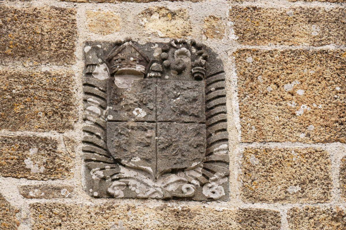 Armoiries de l'abbé de Landévennec Jacques Tanguy et date de 1693 sur le pignon occidental de l'église de Landévennec. Photographie lavieb-aile mai 2019.