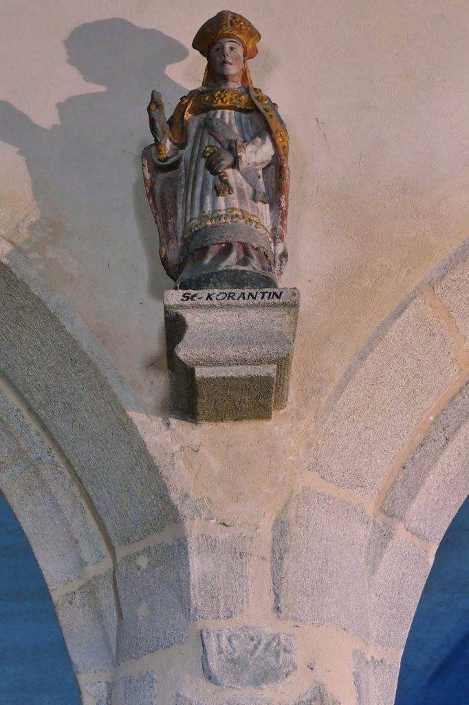 Statue de saint Corentin, nef de l'église Saint-Méen de Plouéven. Photographie lavieb-aile 8 juin 2019.