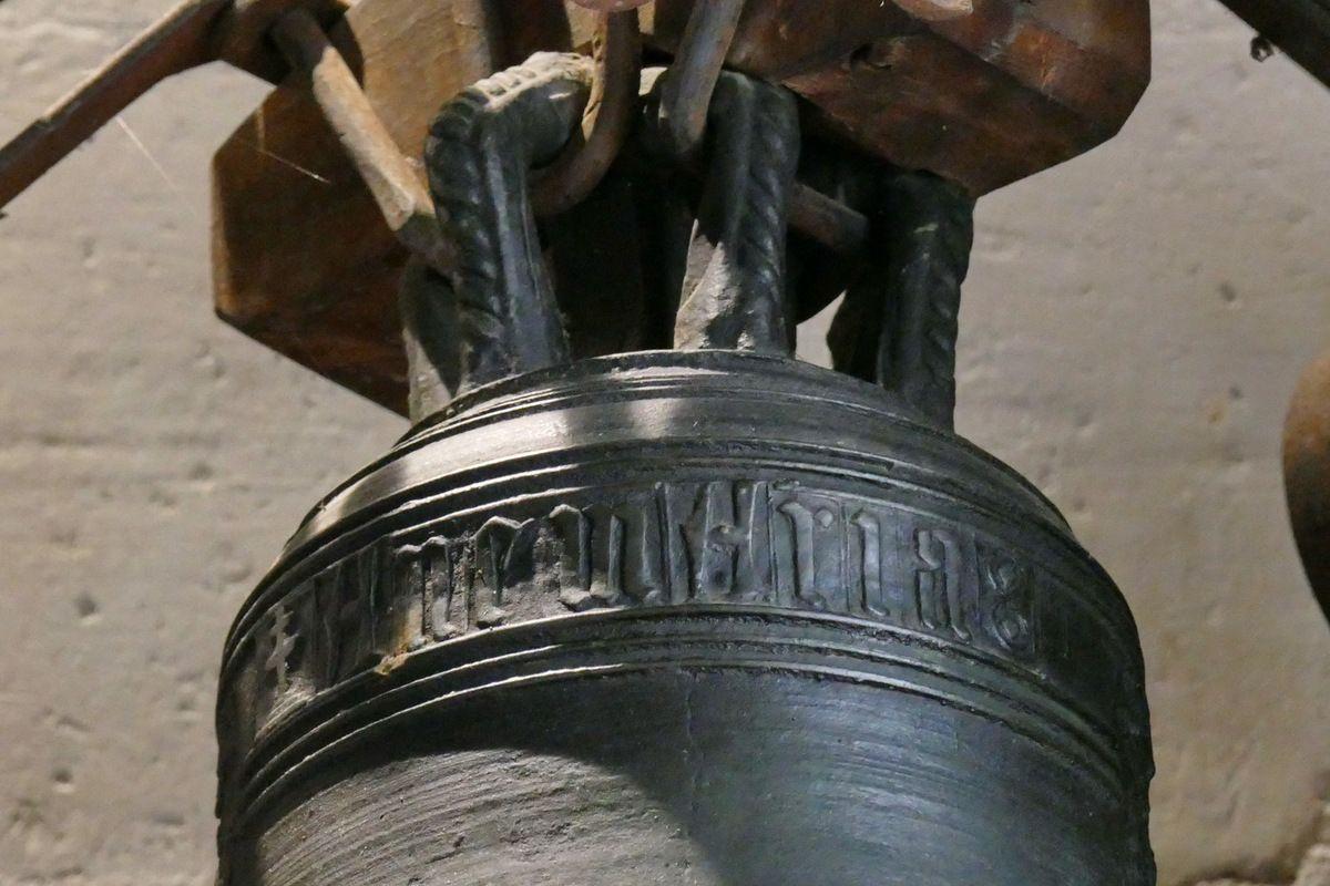 Cloche du XVe siècle de l'intérieur de l'église Notre-Dame de Béhuard. Photographie lavieb-aile août 2019.
