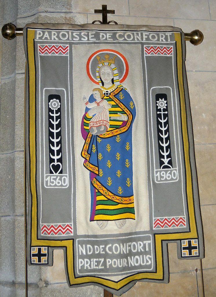 Bannières de la paroisse de Confort-Meilars. Photographie lavieb-aile 2011 et 2019.