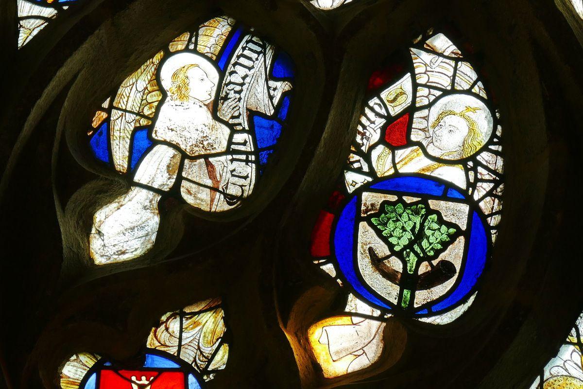 Tympan de la maîtresse-vitre (1460-1470) de la chapelle Notre-Dame-de-la-Cour à Lantic. Photographie lavieb-aile septembre 2017