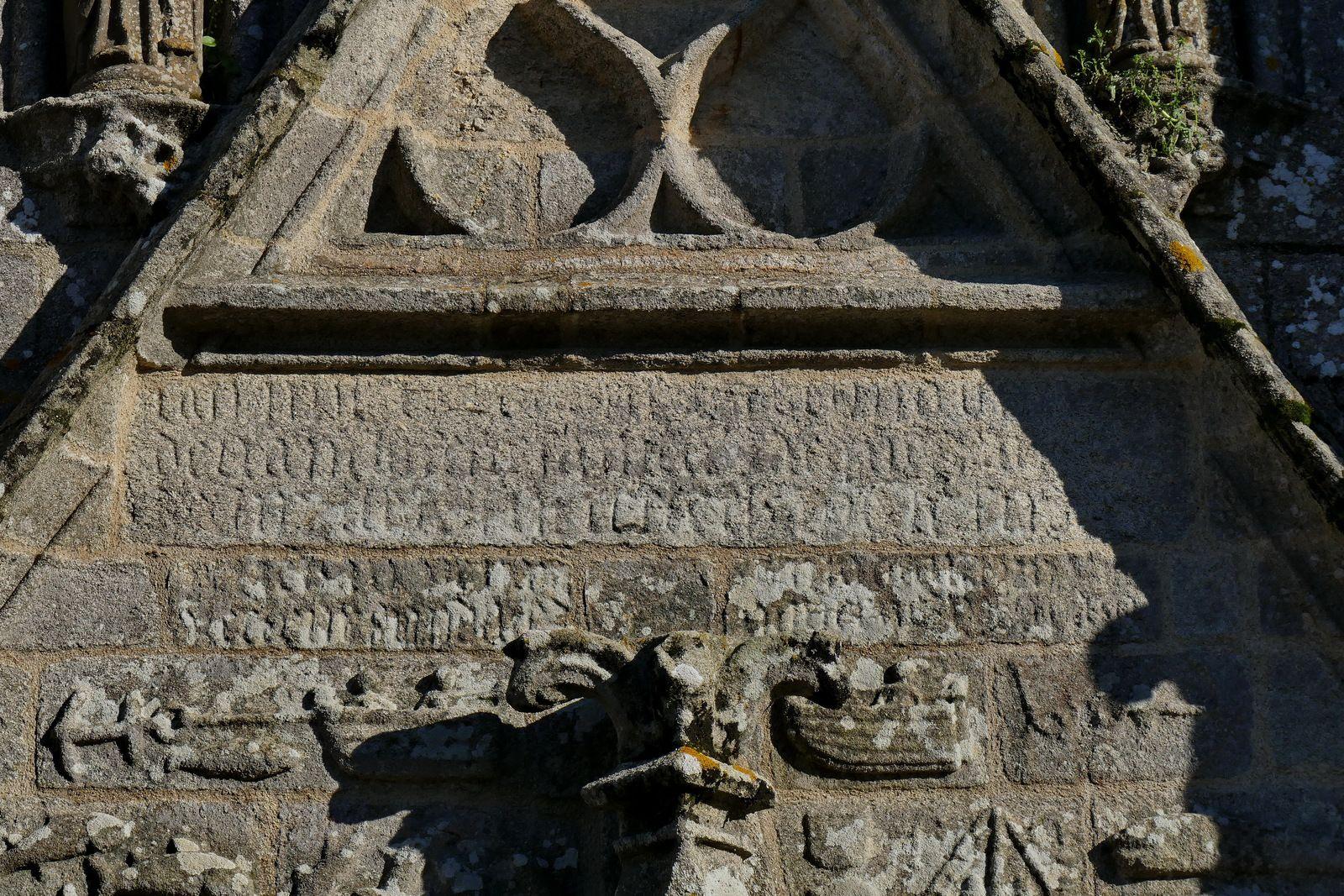 Inscription (1528)  de la façade ouest de l'église de  Confort-Meilars. Photographie lavieb-aile.