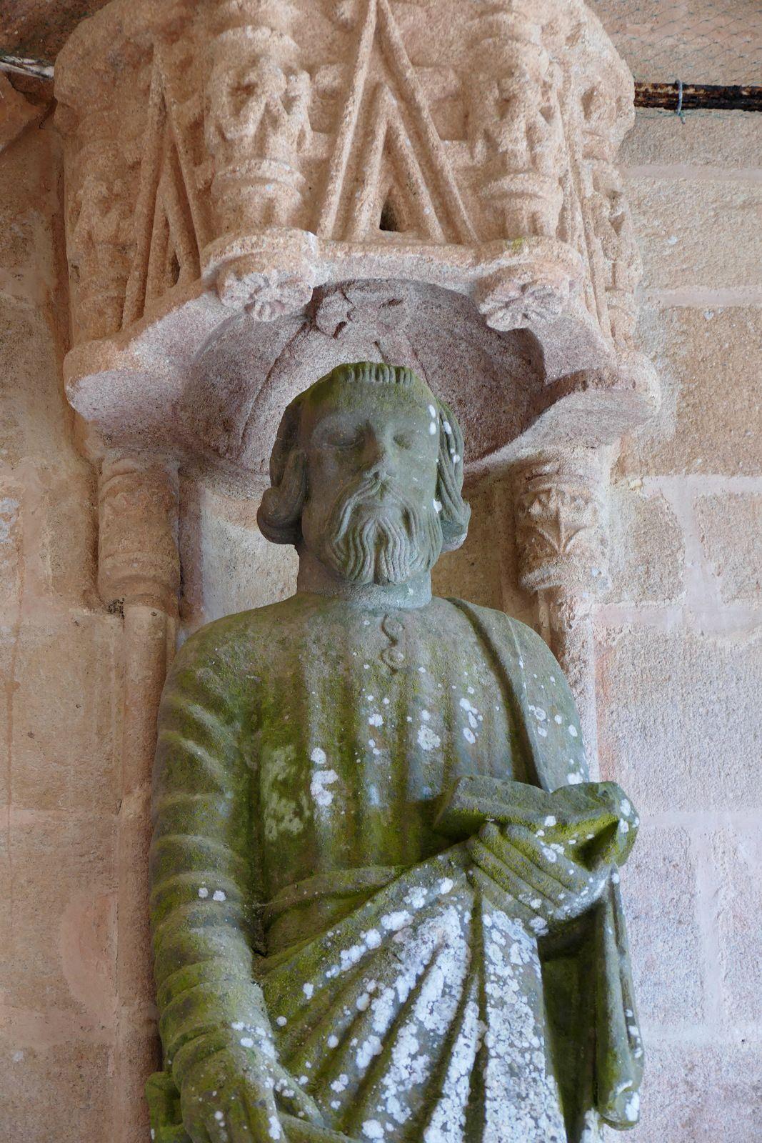 Apôtres  (kersanton, Maître de Plougastel, début XVIIe) du porche intérieur de la  chapelle Saint-Tugen en Primelin. Photographie lavieb-aile mars 2020.