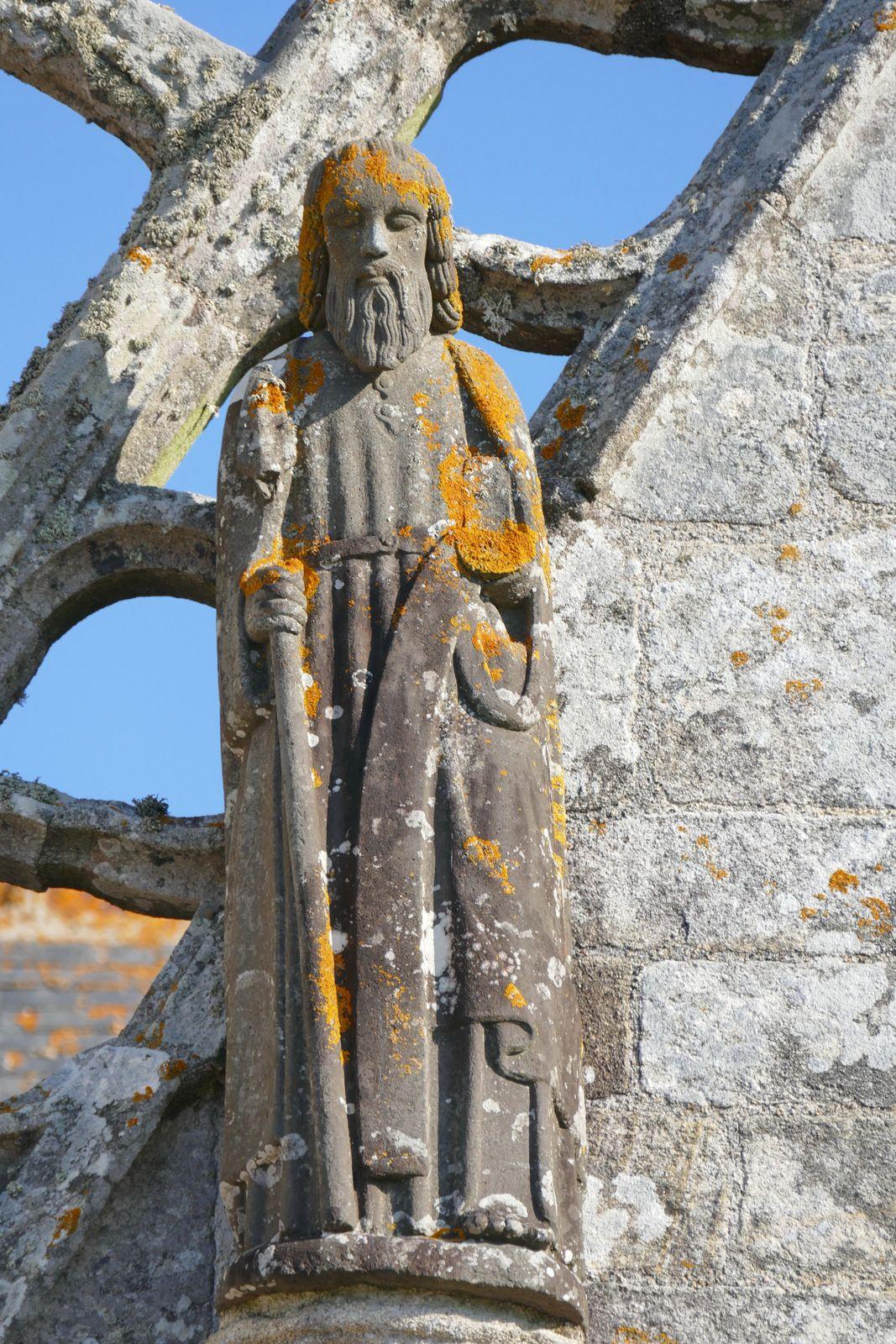 Saint Matthias (kersanton, Maître de Plougastel, début XVIIe),  chapelle Saint-Tugen en Primelin. Photographie lavieb-aile mars 2020.