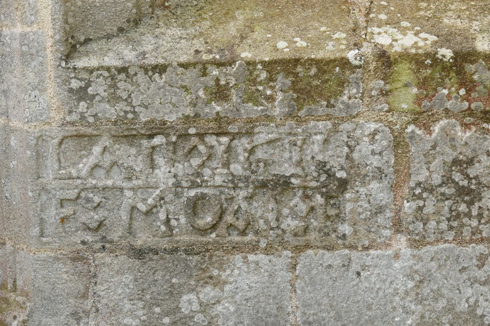 Inscription (leucogranite)  de la  chapelle Saint-Tugen en Primelin. Photographie lavieb-aile mars 2020.