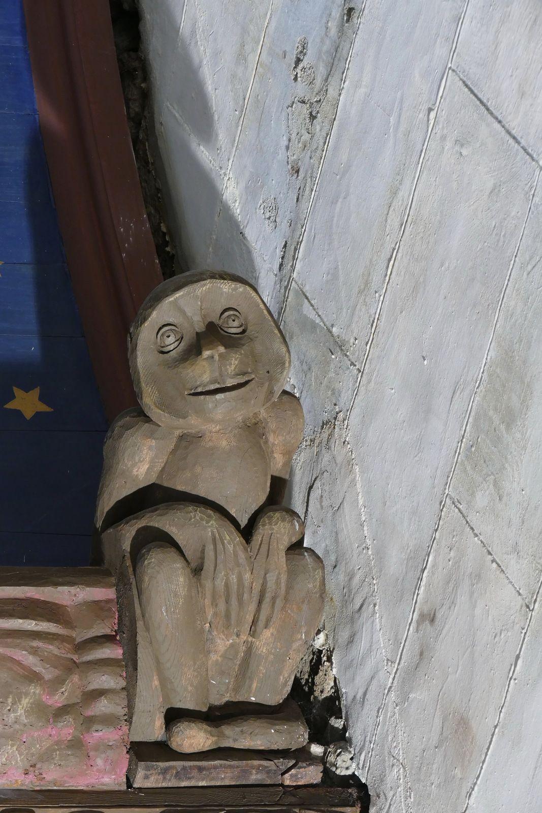 Blochet du bas-coté sud de l'église de la Roche-Maurice. Photographie lavieb-aile 2017.