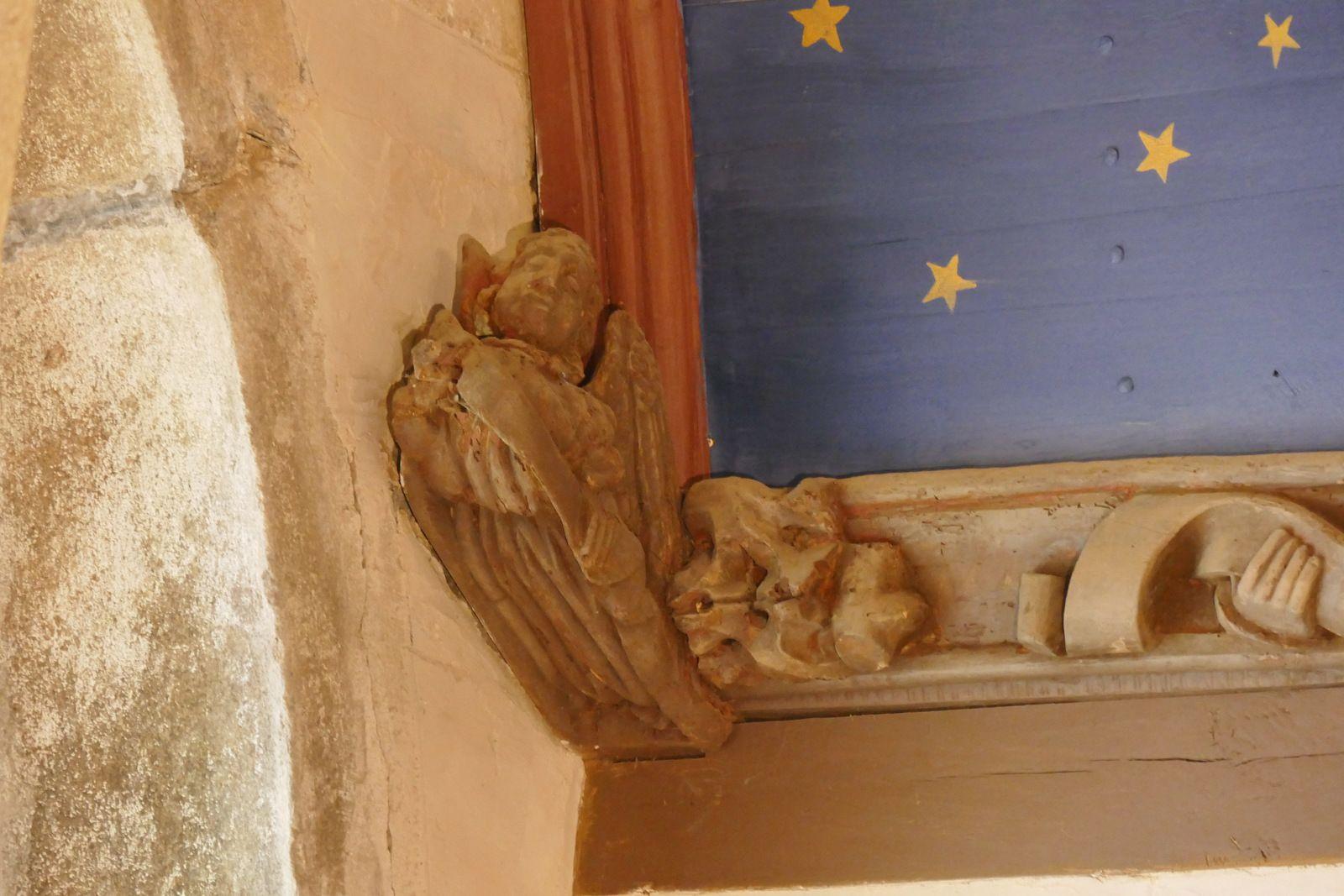 Sablières du bas-coté sud de l'église de la Roche-Maurice. Photographie lavieb-aile 2017.