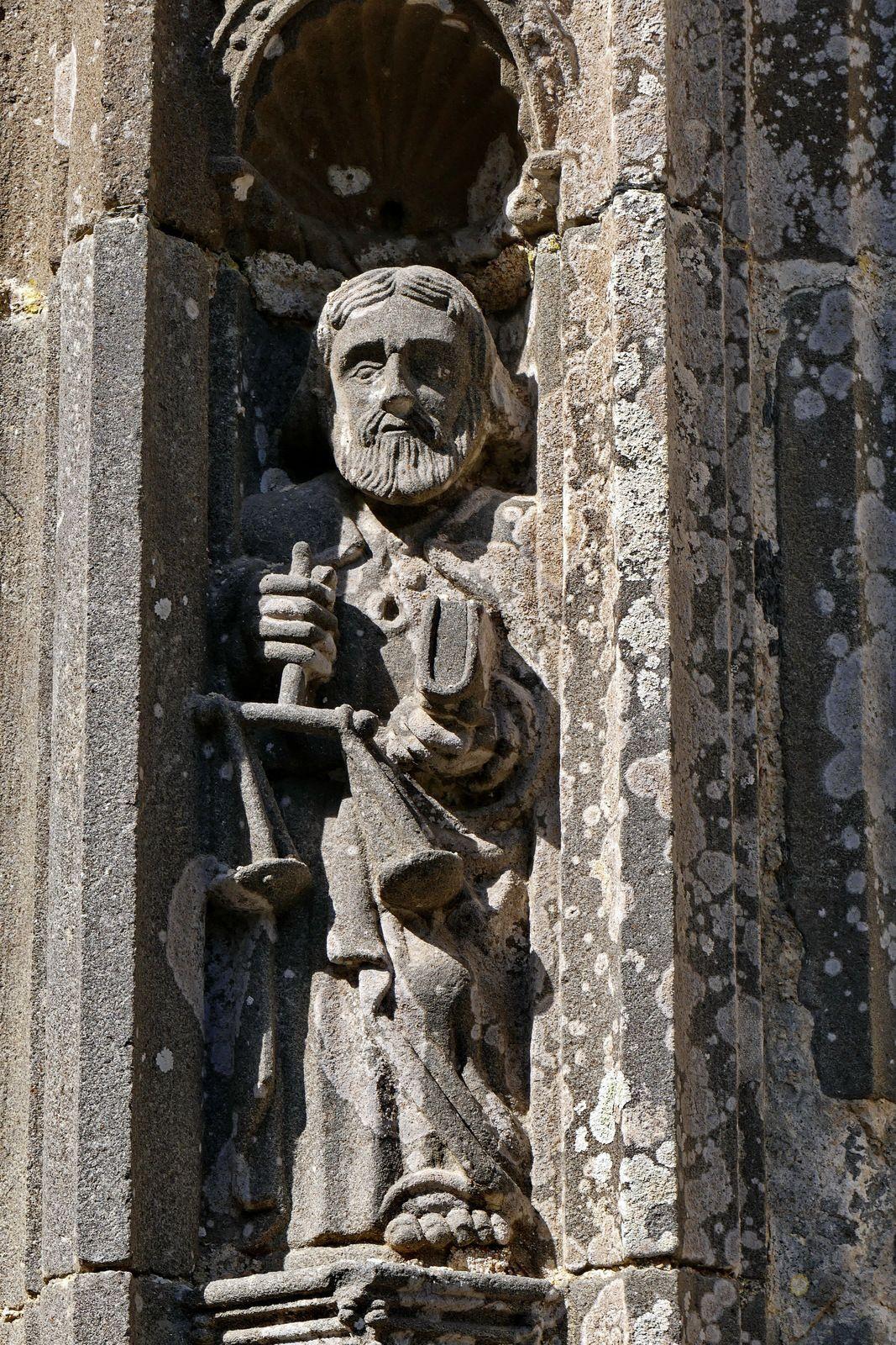 Portail sud (vers 1550, kersantite, atelier Prigent ?) de l'église Saint-Yves de La Roche-Maurice. Photographie lavieb-aile.