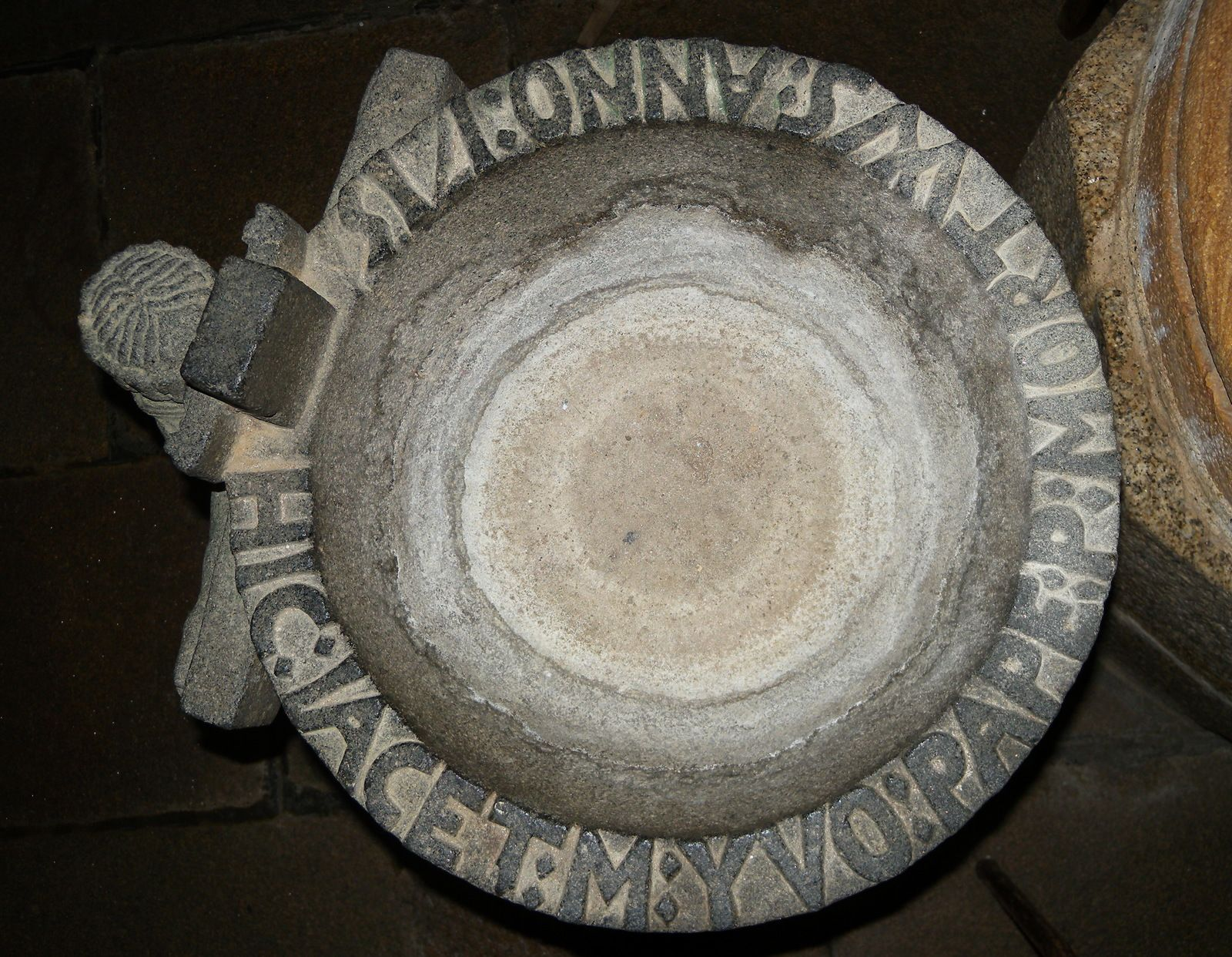 Fonts baptismaux (kersantite, 1675-1715) de l'église de Ploudiry. Photo lavieb-aile.