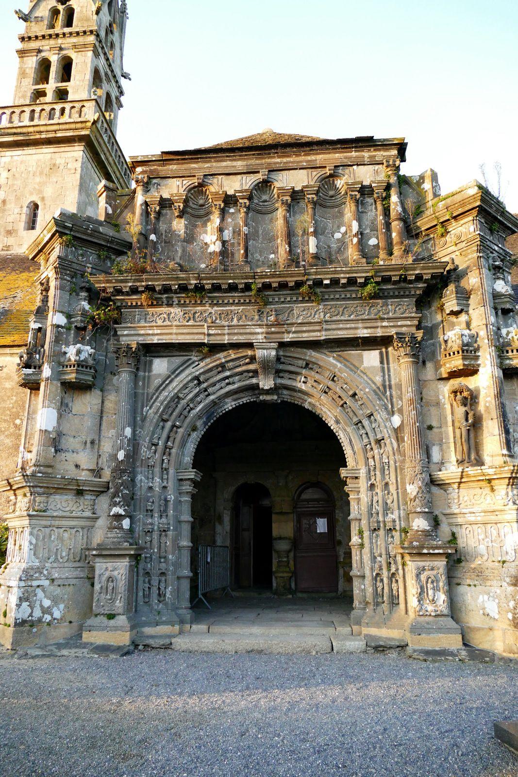 Porche sud  (1665, kersanton et pierre de Logonna, Jean le Bescont) de l'église Saint-Pierre de Ploudiry. Photographie lavieb-aile.