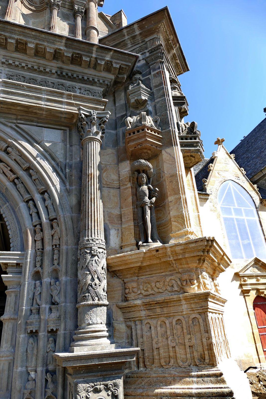 Saint Sébastien, (XVIe siècle, kersanton, Bastien Prigent) niche du contrefort droit du Piédroits du  porche sud  de l'église Saint-Pierre de Ploudiry. Photographie lavieb-aile.
