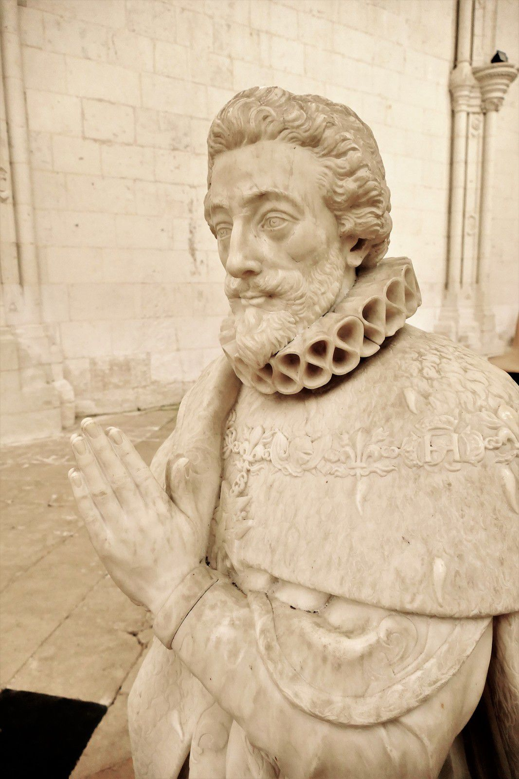 Emblématique et héraldique monumentale de la Sainte-Chapelle de Champigny-sur-Veude. Photographie lavieb-aile 2019.