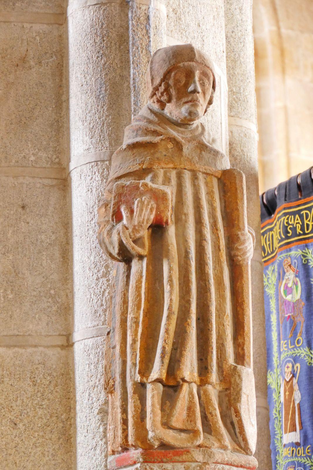 Saint Fiacre (granite polychrome, XVe ou XVe siècle) de l'église de Locronan. Photographie lavieb-aile mai 2020.