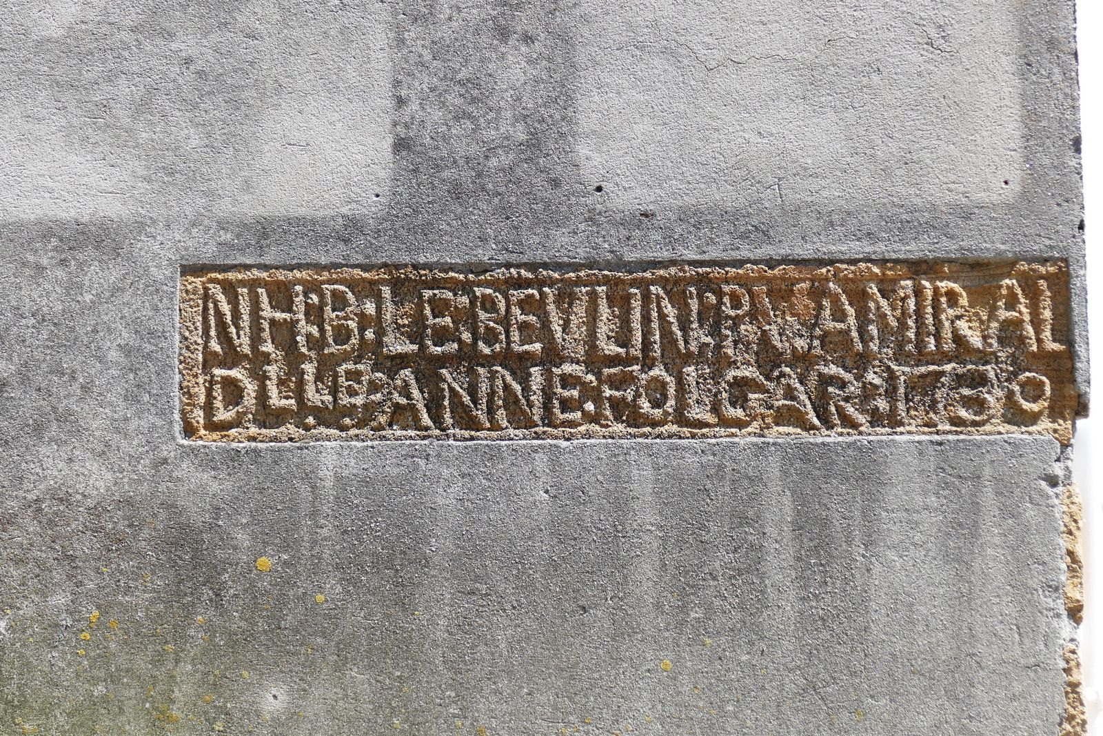 Inscription lapidaire de 1730, microdiorite quartzique, bourg de Lanvéoc. Photographie lavieb-aile mai 2020.