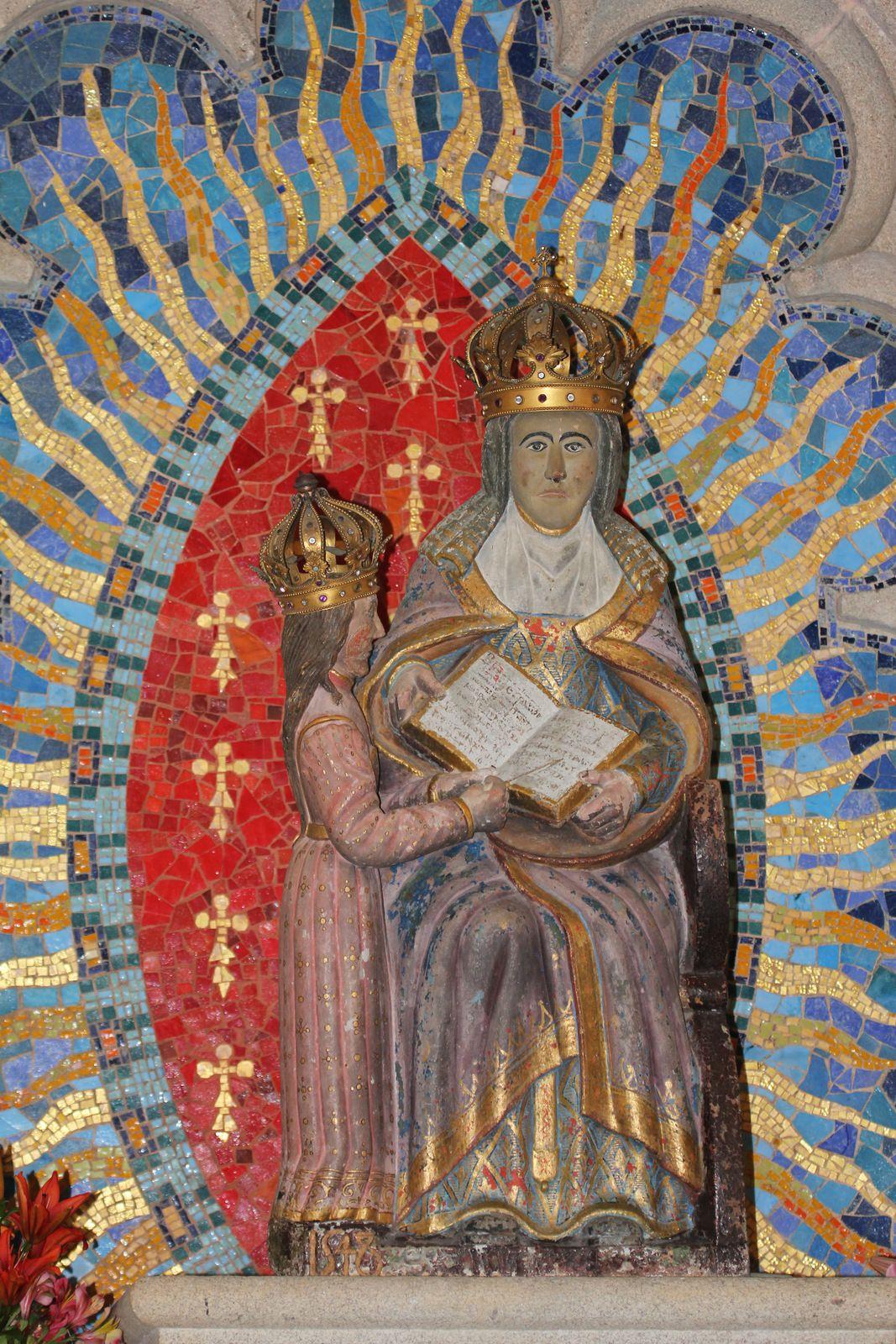 Statue de sainte Anne éducatrice, (pierre polychrome, 1548), chapelle Sainte-Anne-la-Palud. Photographie lavieb-aile juin 2020.