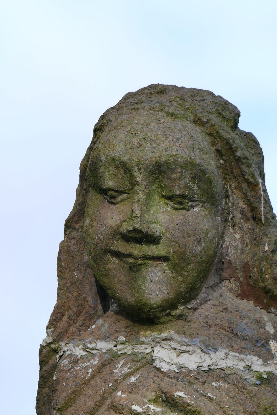 Sainte Anne éducatrice (kersanton, 1642, Roland Doré) de la fontaine de Sainte-Anne-la-Palud. Photographie lavieb-aile juin 2020.