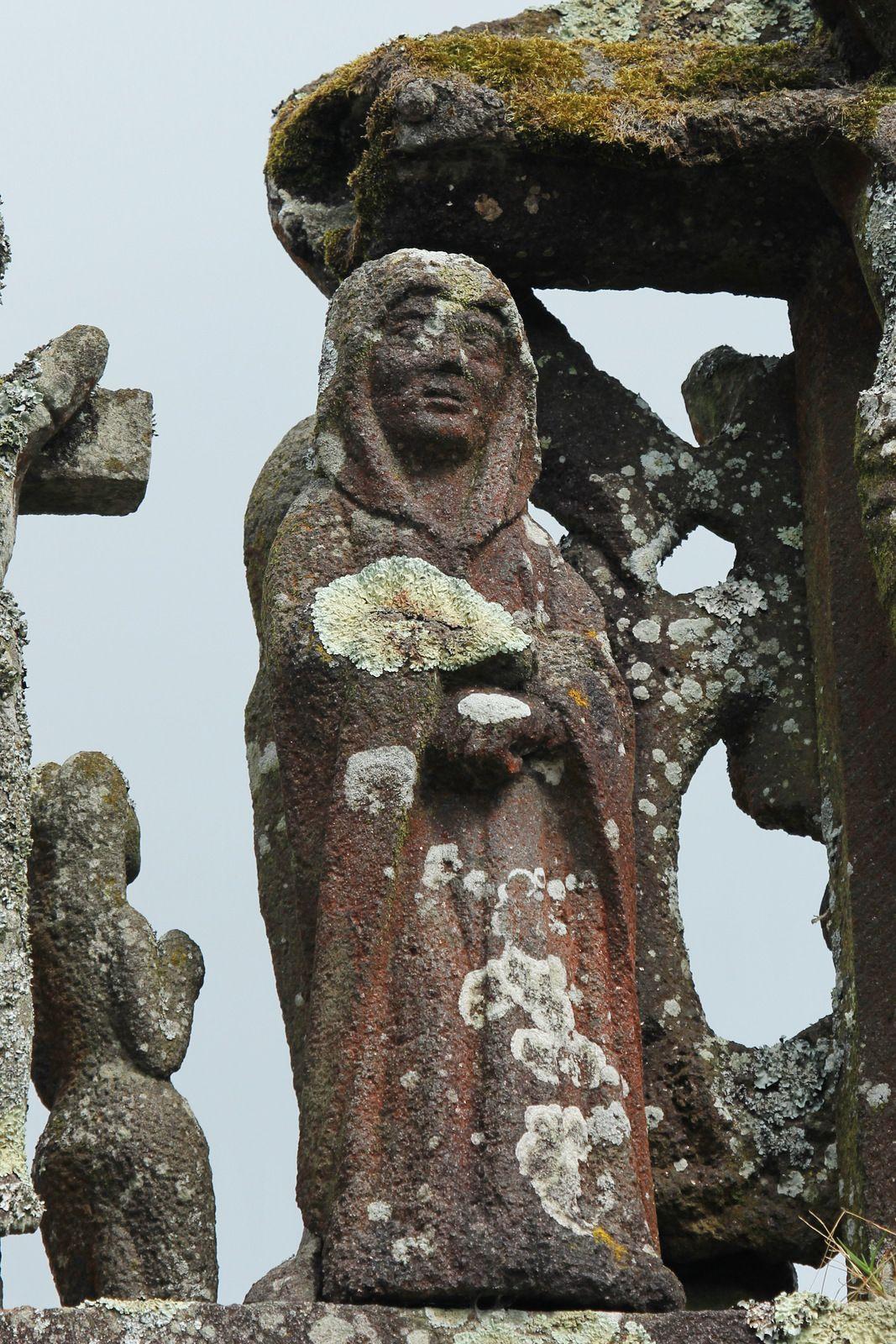 Calvaire (kersantite, XVe siècle) de l'église Notre-Dame de Châteaulin. Photographie lavieb-aile juillet 2020.