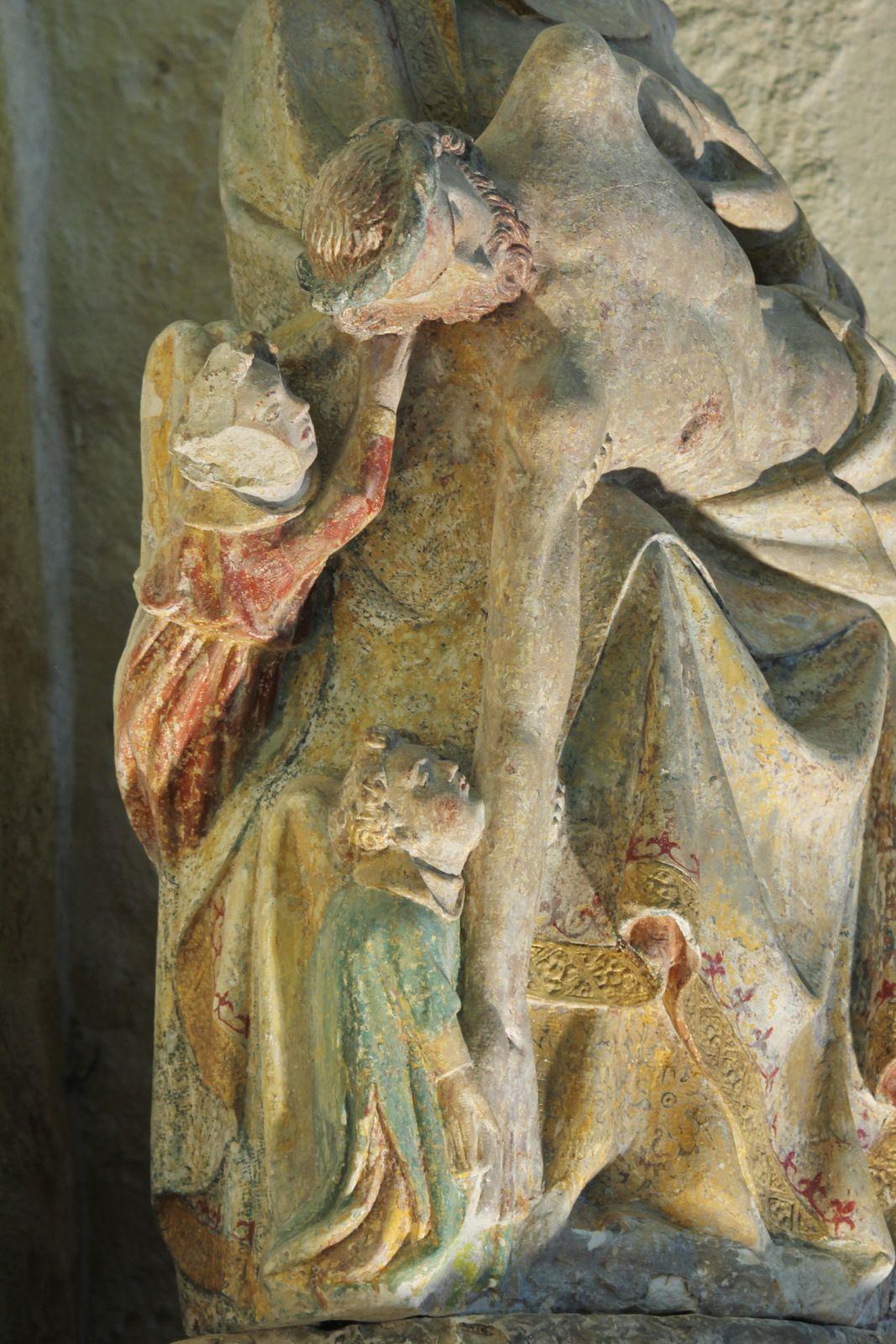 Vierge de Pitié aux trois anges (calcaire polychrome, XVIe siècle) de l'église de Plozévet. Photographie lavieb-aile juillet 2020.
