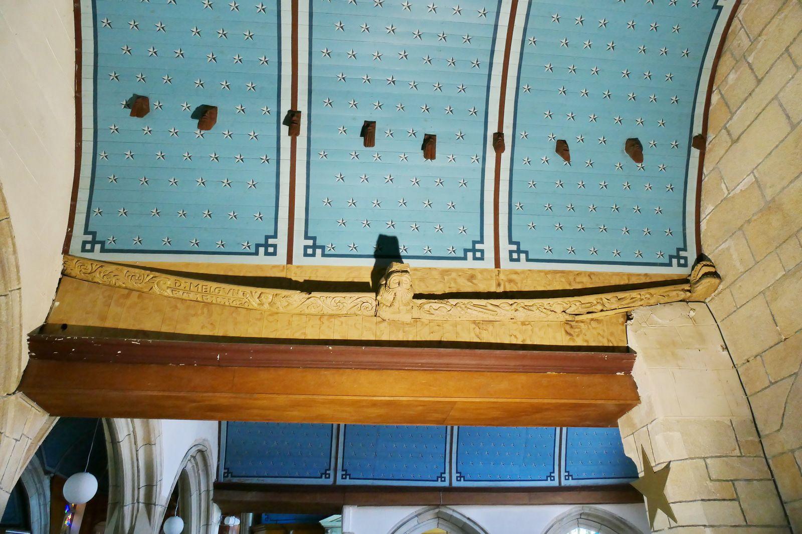 Sablières et blochets du bas-coté sud de l'église d'Esquibien. Photographie lavieb-aile juillet 2020.