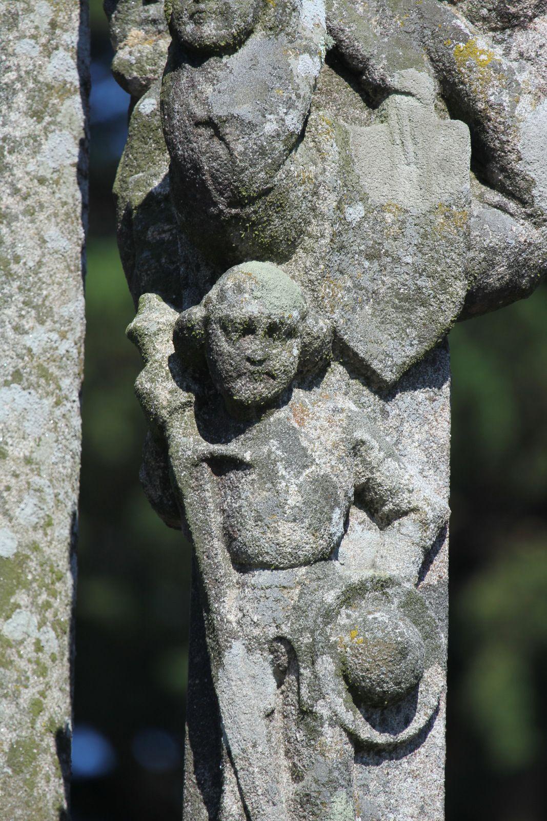 Calvaire (granite, vers 1500) de l'église de Motreff. Photographie lavieb-aile juillet 2020.