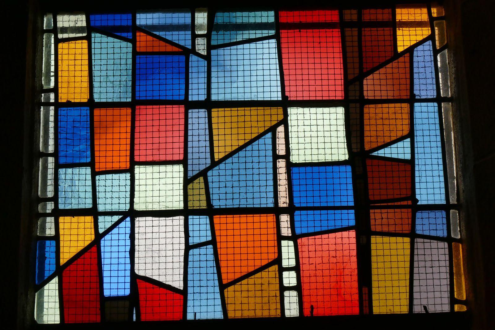 Vitraux (Jacques Bony, 1958) des bas-cotés de l'église du Relecq-Kerhuon. Photographie lavieb-aile août 2020.