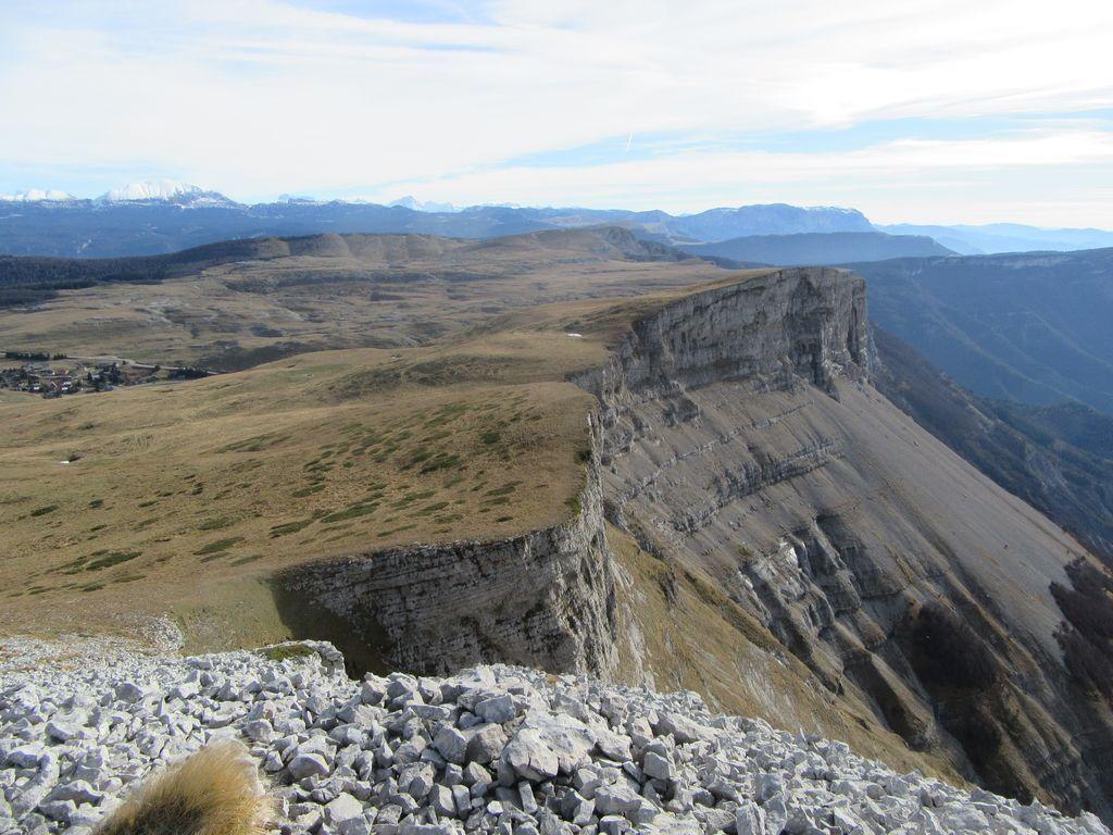 Les falaises sous lesquelles passe le sentier de l'aller, le couloir de sortie dans le creux, et retour par les alpages