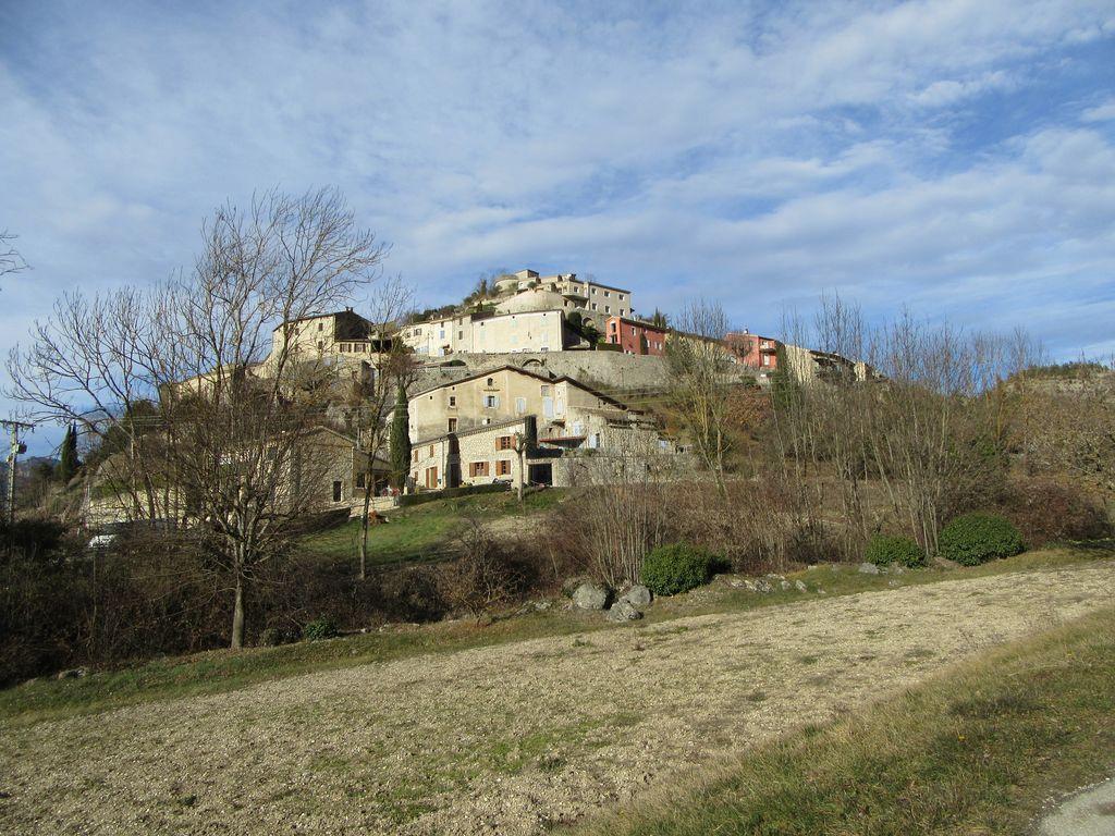 le 12/01 printemps dans la vallée de la Drôme ... 17°C au soleil ...mais méfiance il reste de la glace dans les rues du village d'Aurel !