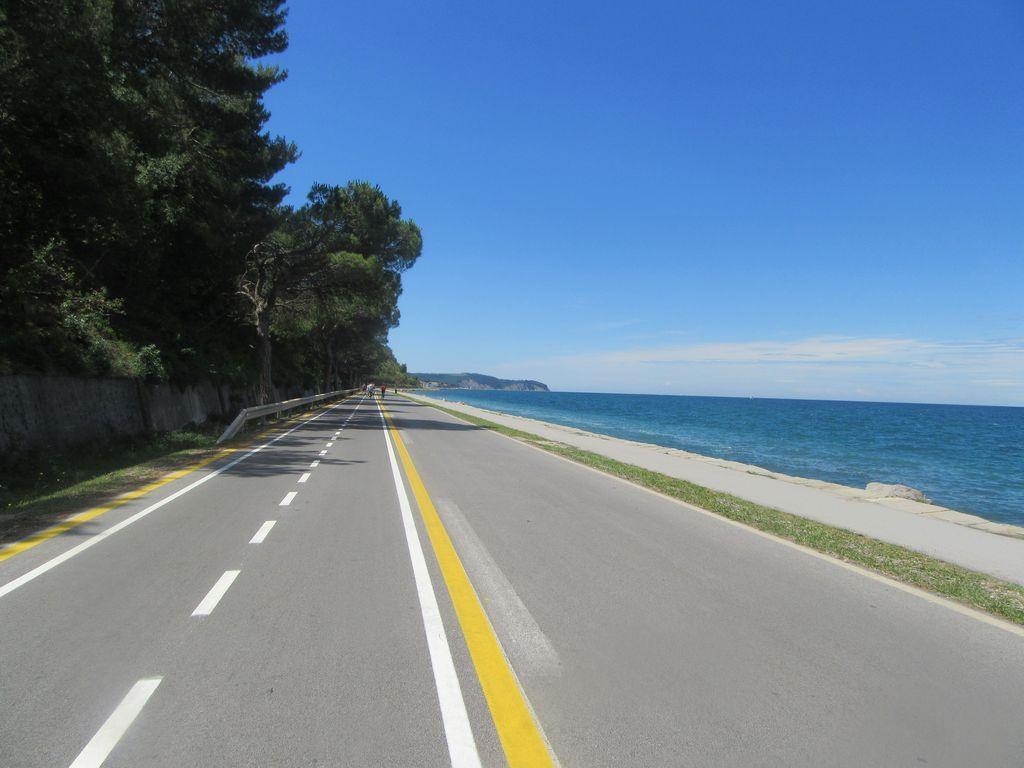 La Prenzana après Koper : une autoroute pour vélos  !!! à droite c'est pour les véhicules lents (donc les piétons )