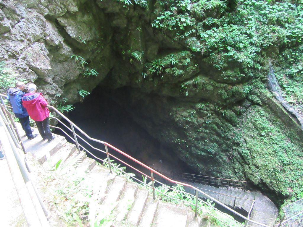 Un escalier qui descend dans le gouffre ...