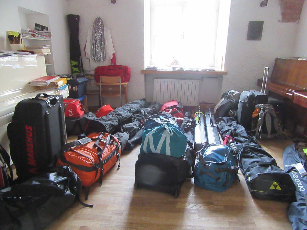 Les participants déposent leurs bagages ...