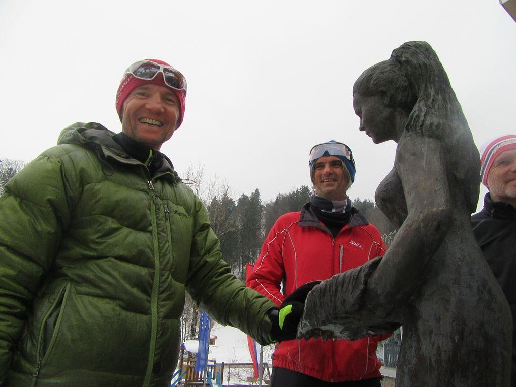 Photo de groupe devant les thermes.Marina au premier plan, Aleks et Simon sur la seconde photo
