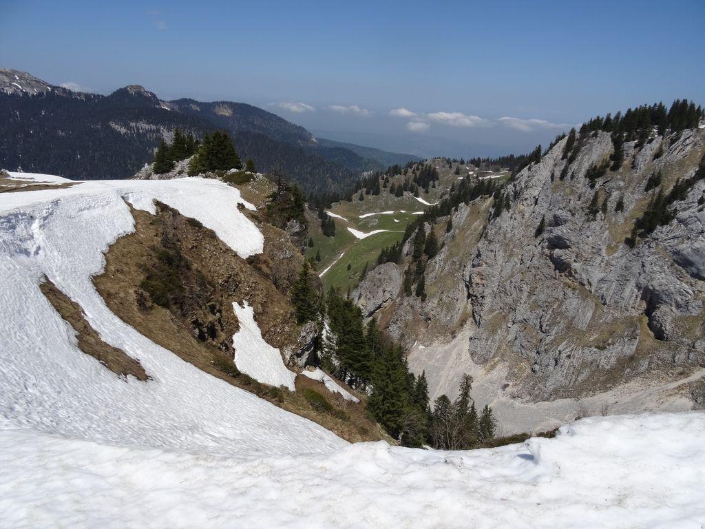 Descente entre neige et rochers herbeux