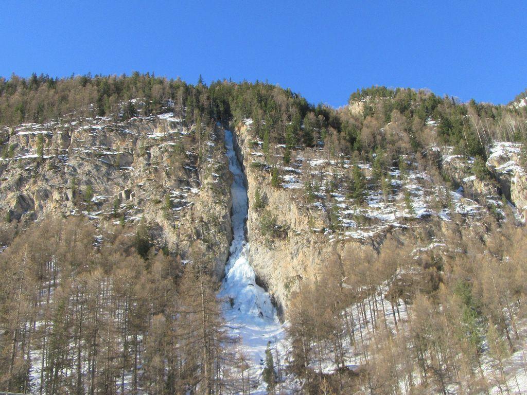 la cascade de glace au Pied du Melezet. On voit une personne dans la première longueur