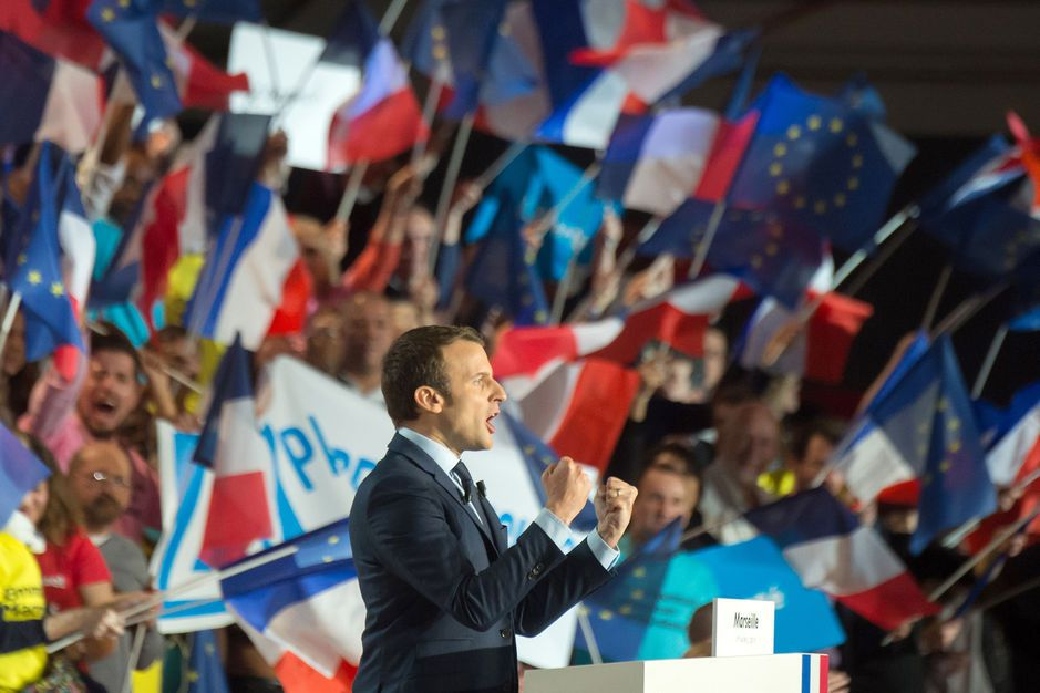 EN MEETING A MARSEILLE EMMANUEL MACRON CHARGE LE « CLAN » FILLON !..