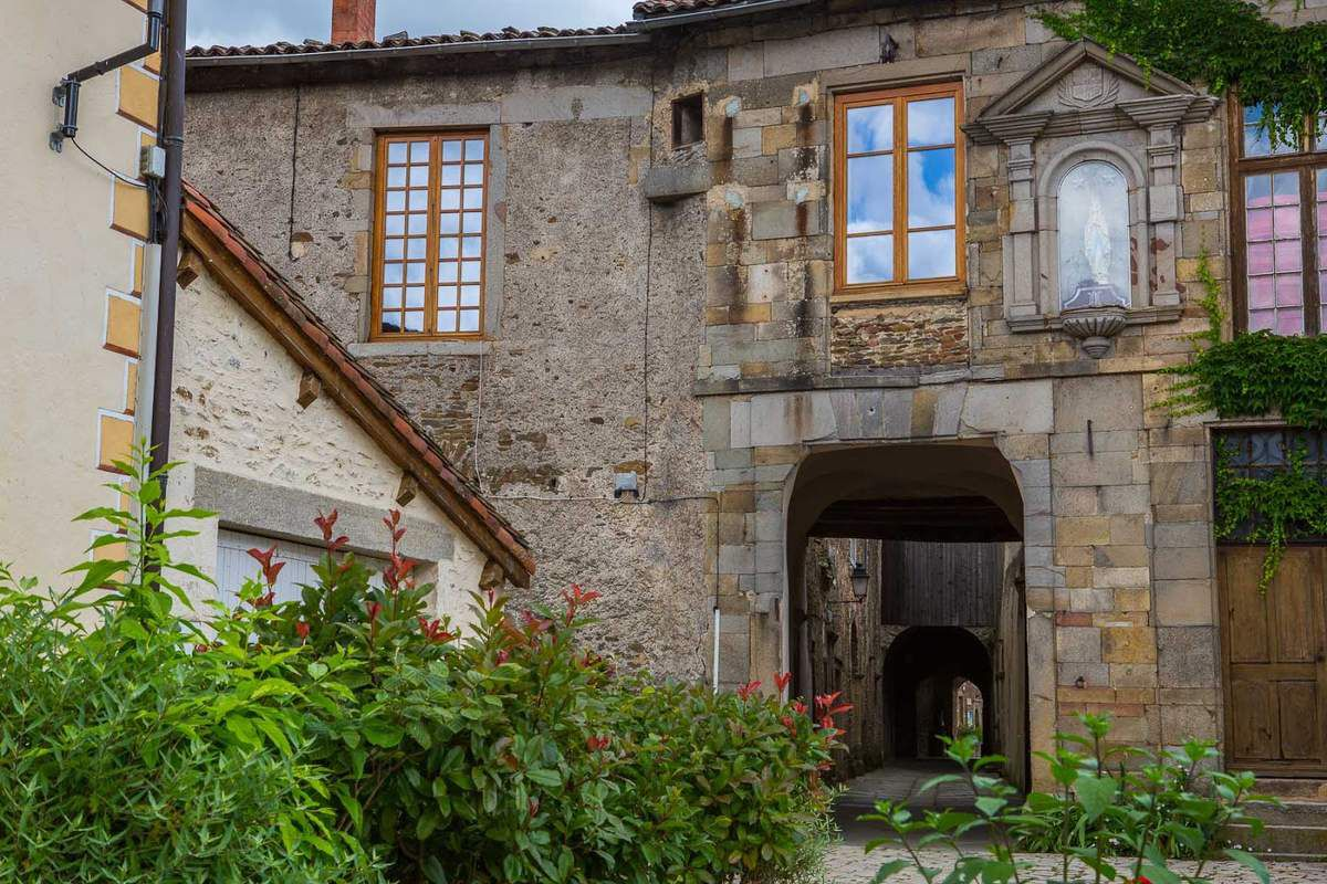 LES PLUS BEAUX VILLAGES DE FRANCE : SAINTE-CROIX-EN-JAREZ  (LOIRE)