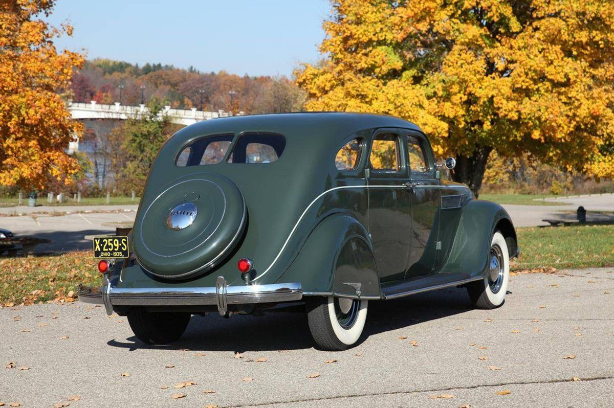 VOITURES DE LEGENDE (934) : CHRYSLER  AIRFLOW C1 FOUR DOOR SEDAN - 1935