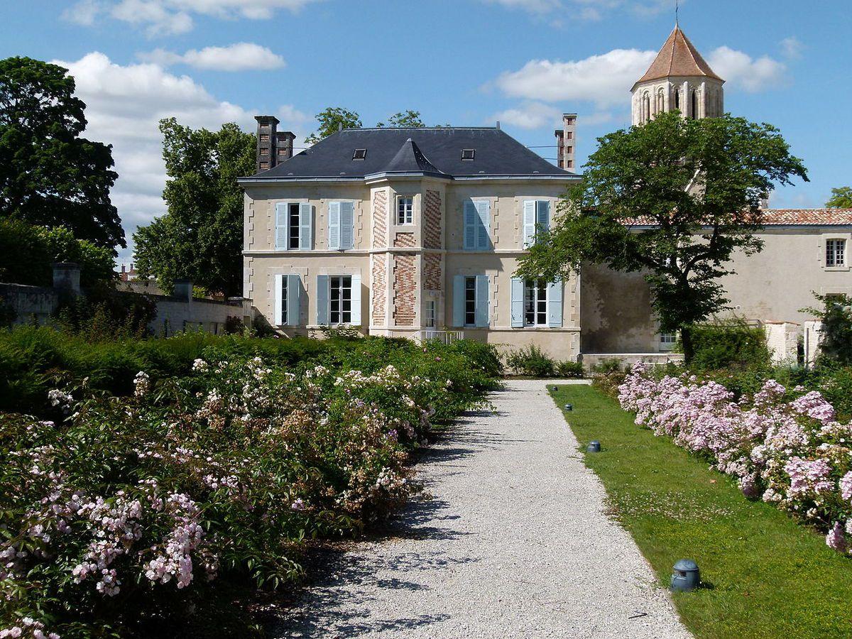 TRESORS DU PATRIMOINE FRANCAIS : LE CHATEAU DE SURGERES  (CHARENTE-MARITIME)