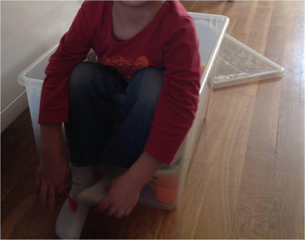 Oups, on ne met pas les enfants dans les boîtes de déménagement !