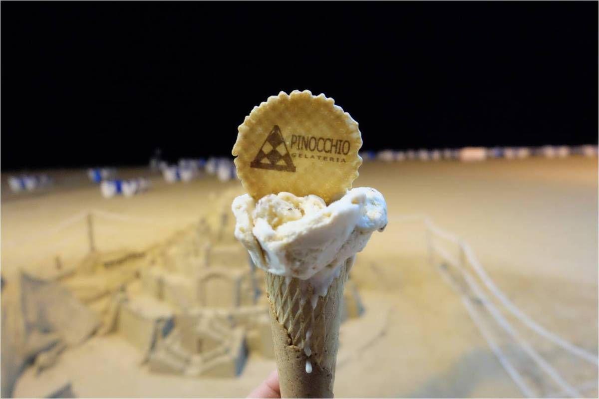 Plaisir de vacances en Espagne : une glace au turron dégustée sur la plage de Benidorm