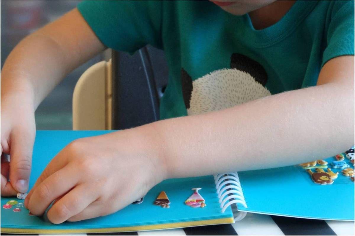 Des stickers tout petits mais faciles à détacher et à coller pour les petites mains, pas une seule fois, il n'a eu besoin d'assistance, vraiment chouette pour l'autonomie !