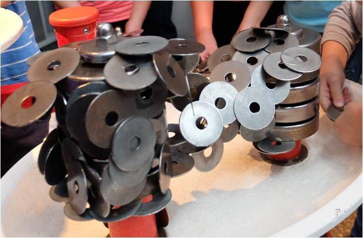 Avec plein d'expériences scientifiques rigolotes à réaliser pour les enfants, ici on fait des constructions magnétiques !