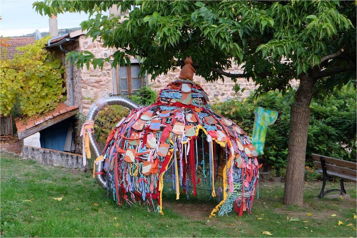 Au hasard de nos pas, la rencontre avec une drôle de cabane de jardin, théière artistique !