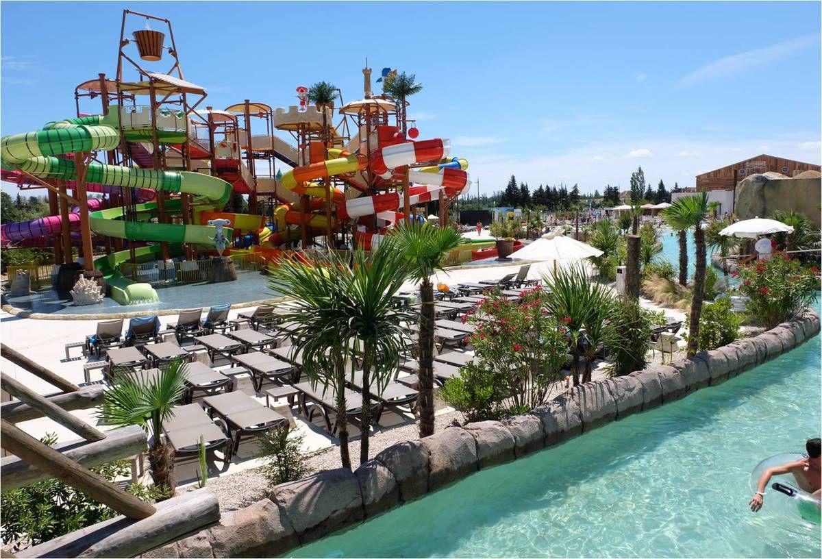 A gauche, l'espace enfants, à droite, la rivière qui serpente dans le parc