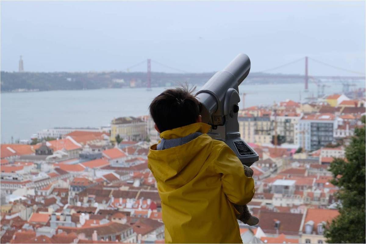 Petit explorateur en ciré breton découvrant Lisbonne depuis le Castello Sao Jorge ♥
